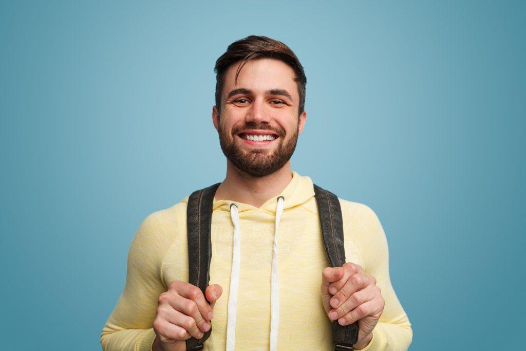 Estudante jovem segurando mochila